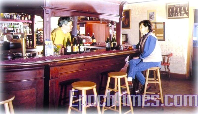 Goulburn啤酒廠中的酒吧檯。這個吧檯本來是Goulburn老火車站的,在火車站翻修時,奧哈羅朗把它當古董弄了回來,裝在自己的酒廠裡——要的就是這感覺。