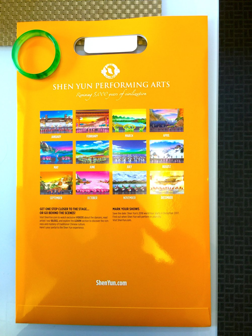 The back of the package o f Shen Yun Performance -- 2018 Wall Calendar.  2018年神韻掛歷 包裝袋背面。