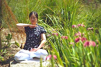 Jennifer meditating (Falun Dafa's 5th exercise :  Reinforcing Supernatural Powers ) at Melbourne, Australia in 2004