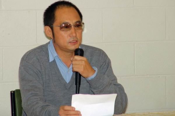 袁紅冰 教授在宣讀《西藏的命運——寫在金色的聖山發表之際》一文。(大紀元)
