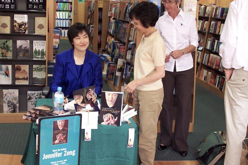 2005年5月,曾錚受邀到澳大利亞黃金海岸進行簽名售書活動。