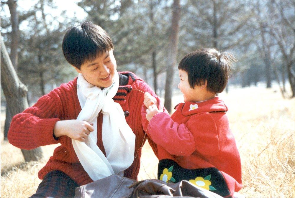 曾錚與女兒1996年攝於河南平頂山。
