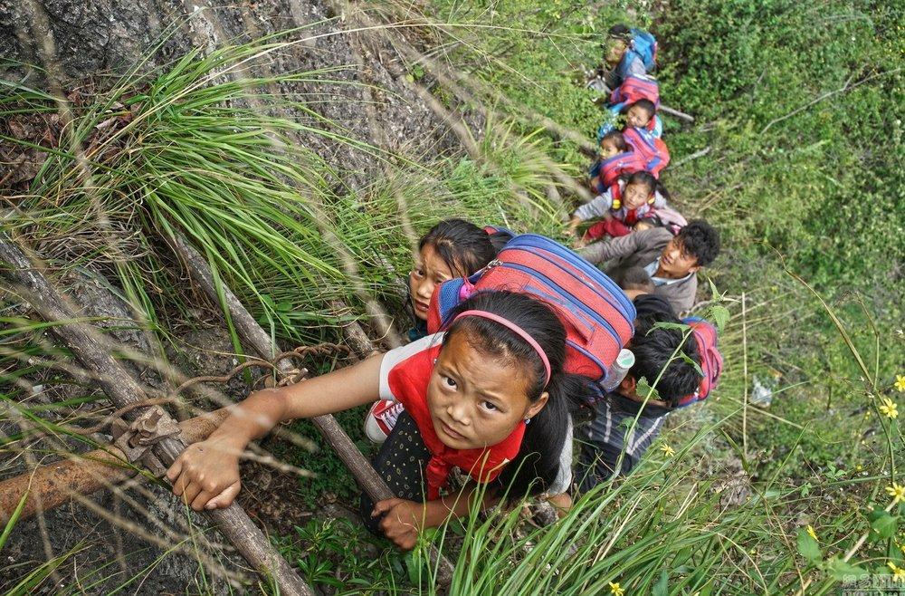四川涼山的「懸崖村」的孩子上學需爬800米懸崖上學。