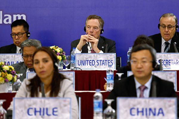 美國對華貿易的全新策略,勢必給中共以極大壓力,迫使中共改弦更張、放棄共產統治。圖中為美國貿易代表萊特希澤(Robert Lighthizer)參與2017年APEC會議。(Getty Images)