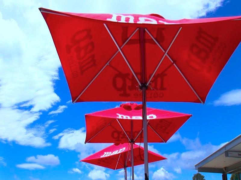 咖啡店的遮陽傘。