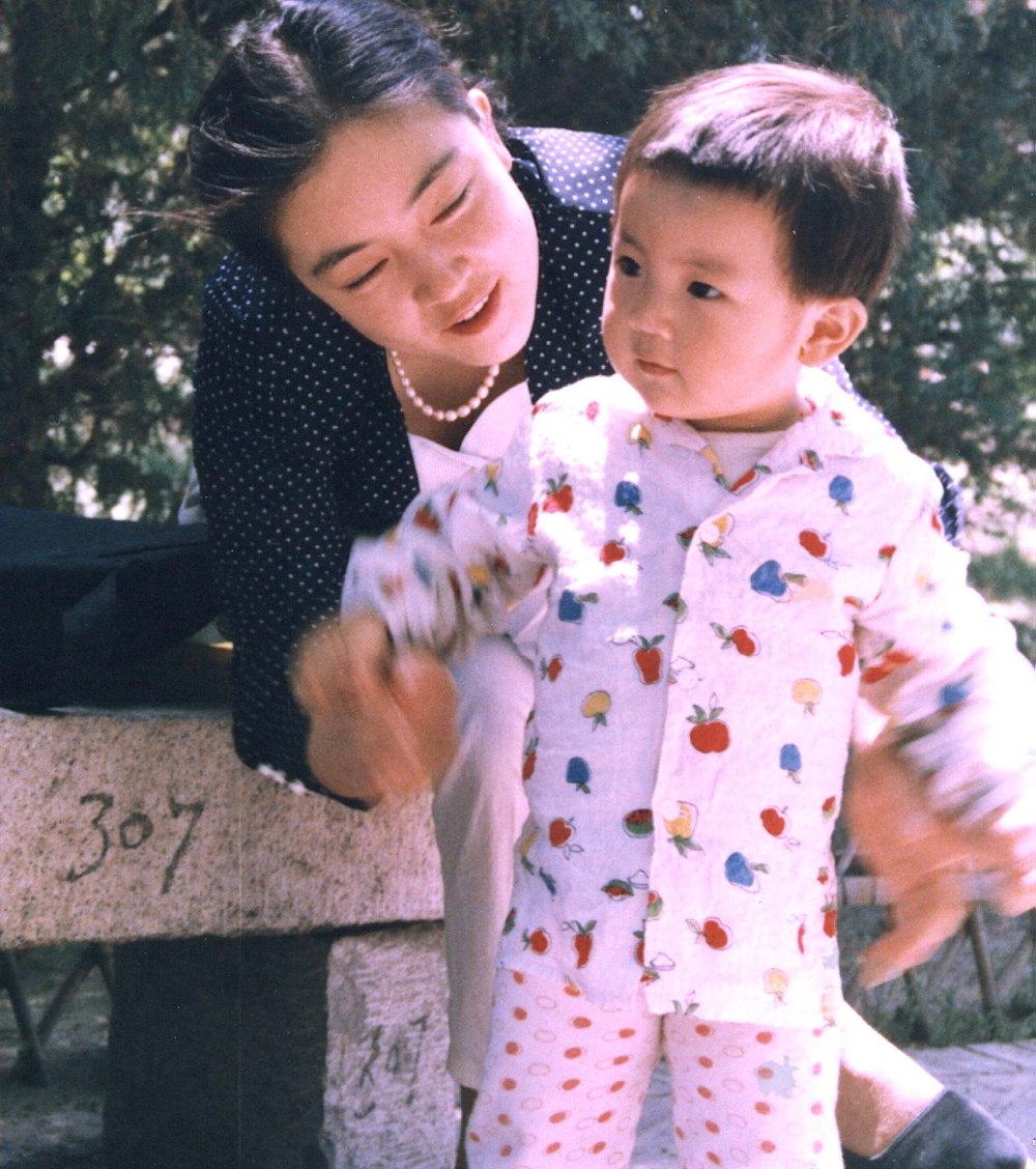 曾錚與女兒攝於北京陶然亭公園。
