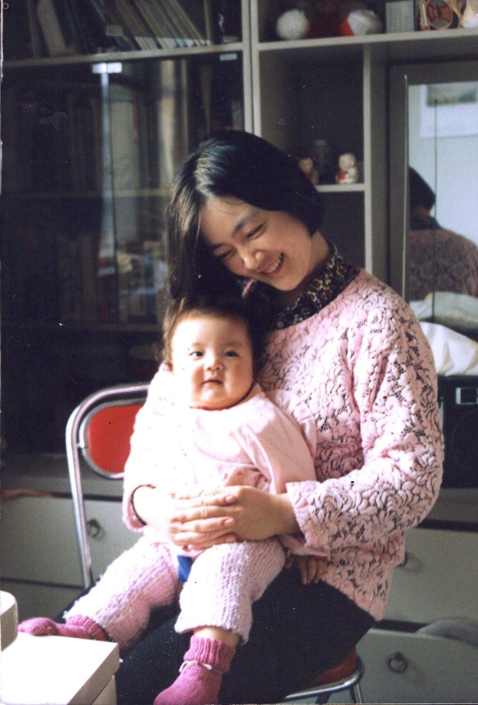 曾錚與女兒1993年攝於北京家中