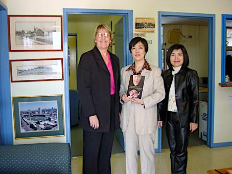 曾錚(中)與東布里斯本州立學校校長Margaret Lane(左)及日語教師Shan Ju Lin(右)合影