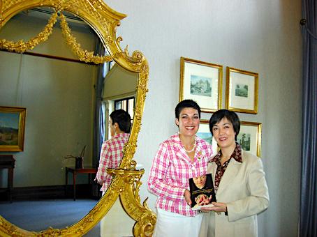 拜訪市政廳,與市長夫人Lisa Newman合影