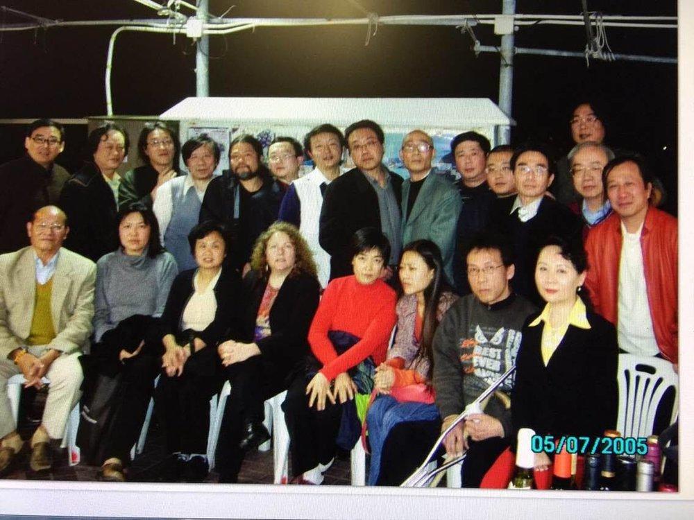 圖:國際筆會2007年亞太地區會議與會者合影。前排右一爲 Sheng Xue 盛雪,左三爲齊家貞,右四爲曾錚。