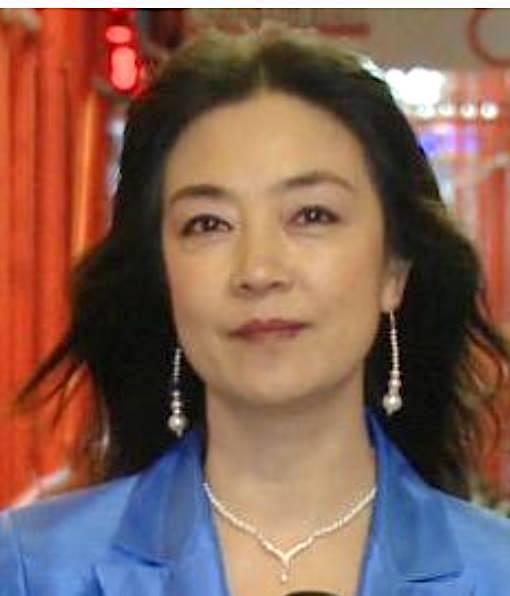 Jennifer Zeng at Carnegie Hall in New York covering Shen Yun Symphony Orchestra's world debut on October 28, 2012. The Chinese version of the story behind this photo can be found at: 此照片攝於2012年10月28日,紐約卡內基音樂廳外。當時我榮幸地作爲現場記者報導了神韻交響樂團的世界首演。「照片」事實上從從電視報導的記者出鏡視頻中截取的,攝影師是新唐人電視臺攝影記者宋升樺。這此照片後面有個驚心動魄的故事,詳情請見拙文: http://www.ntdtv.com/xtr/b5/2016/04/04/a1260812.html
