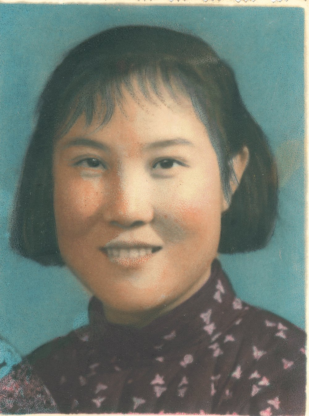 Jennifer Zeng 's mother.曾錚的母親年輕時代照片。那個年代還不能照彩色照片,所以這張照片是在黑白照上用筆像畫畫一樣上的色。有人專門會做這個,要另外加錢哦