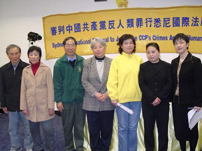 部份起訴人,左起為:章學榮、孔香芽、李寶慶、劉靜航、陳紅、章翠英、曾錚(大纪元)