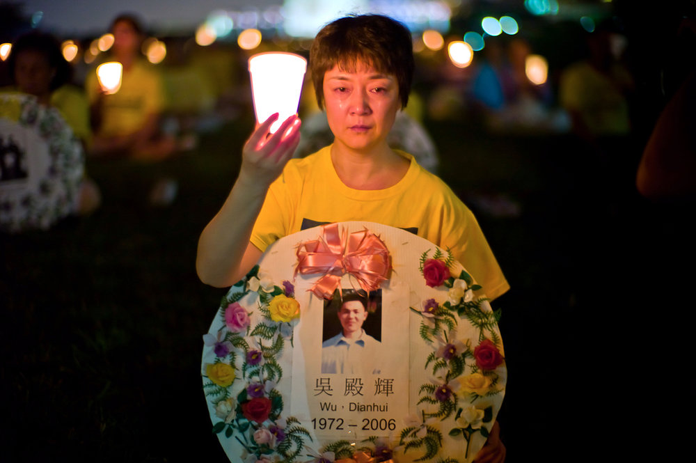 Falun Gong practitioner Jennifer Zeng, cries as she honors a victim of the persecution at the Washington Monument, July 22, 2010. (Mark Zou/Epoch Times)