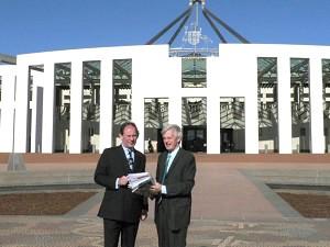 圖片:麥克米蘭-斯考特和喬高8月17日結束與澳洲外交部的會談之後,攝於澳洲國會大廈前