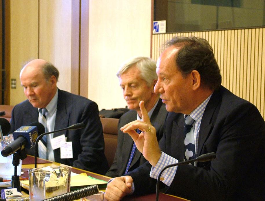 2006年8月16日,歐洲議會副主席麥克米蘭-斯考特(右)與在前加拿大國會議員大衛·喬高在澳國會大廈舉行的新聞發布會上。