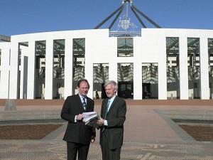 (圖片:麥克米蘭-斯考特和喬高2006年8月17日結束與澳洲外交部的會談之後,攝於澳洲國會大廈前)
