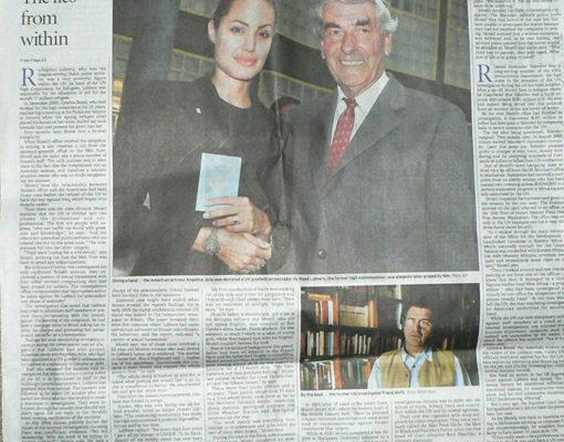 《悉尼晨鋒報》以「The Lies from the within(來自內部的謊言)」為題揭露聯合國的腐敗和墮落。上圖為聯合國難民署主任路箔與美國著名女演員安吉莉娜‧朱麗的合影,下圖為原聯合國內部調查署副主管蒙蒂爾(Francis Montil)