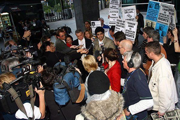 哈尼夫的律師Peter Russo(左)和表兄Imran Siddiqui(右)零七年七月二十七日在澳洲布里斯本地方法院外接受媒體採訪。(Bradley Kanaris /Getty Images)