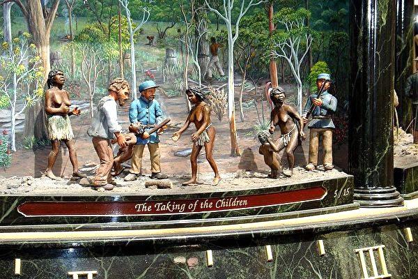 悉尼維多利亞大廈(Queen Victoria Building)中的「澳大利亞大鐘(the Great Australian Clock)」上表現土著人孩子被強行帶走的油畫