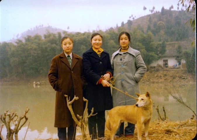 Jennifer Zeng (right) with her two sisters in the 1980's at Chaozhong village, Zhongjiang County, Sichuan Province in China. The mud wall house behind them was the family house passed on to many generations from their ancestors. Some of Jennifer's uncles and many of her cousins are still living in this house and village today. 1980年代,我與兩個妹妹攝於中江朝中老家。身後即為祖輩留下的土墻屋。