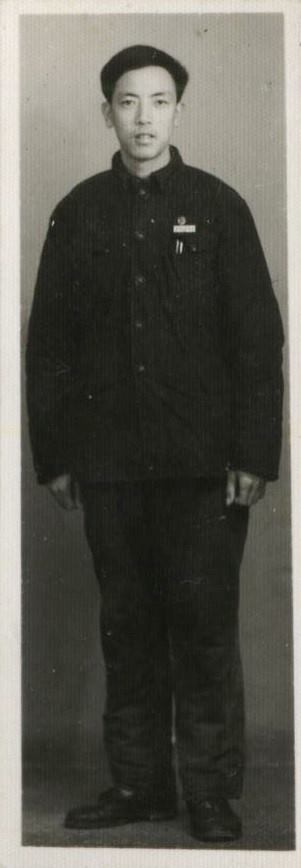 My father in university.父親學生時代的全身照。