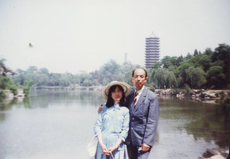 This photo was taken in Peking (Beijing) University when my father came to visit me during his business trip. 我上大學時,父親曾利用出差的機會到學校看我。這張攝於北大未名湖畔。