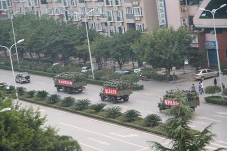 2006年11月,四川廣安市發生大規模警民衝突,軍車進入廣安街道 (網絡圖片)