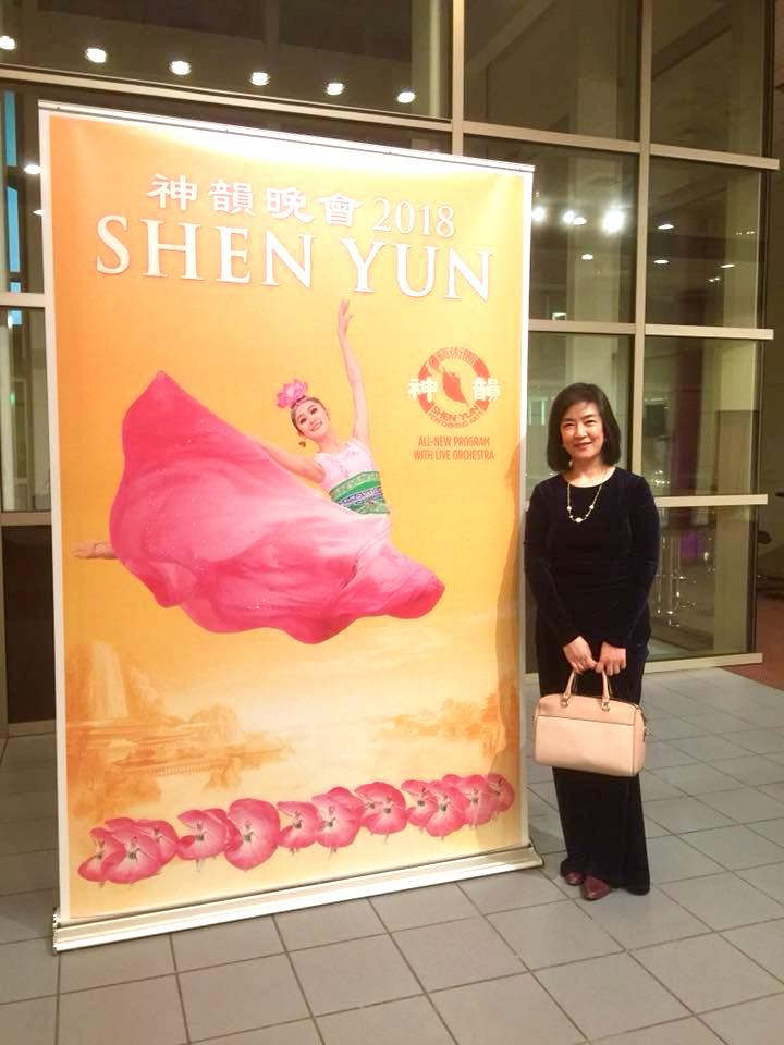 Jennifer at the Palace Theater during the intermission of Shen Yun performance. 在康州斯坦福(Stamford)看 神韻 。