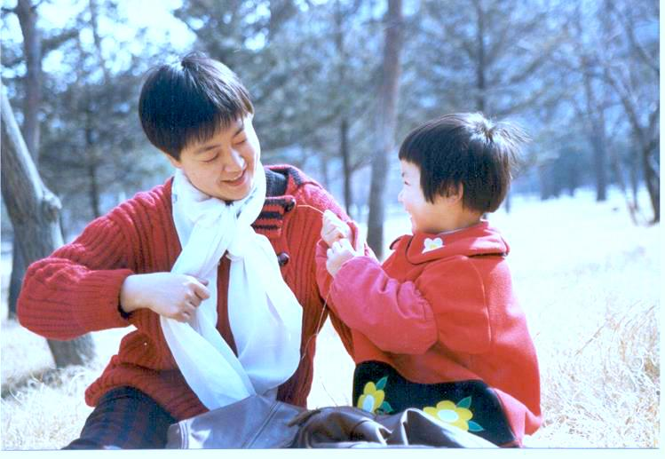 Jennifer and her daughter playing in a park in Pingdingshan City,Heinan Province in 1996.