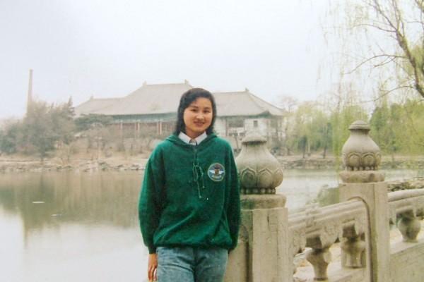 姜慧杰攝于北大未名湖畔。(大紀元資料室)