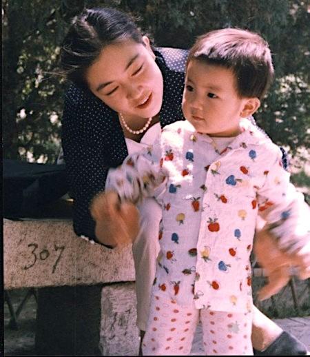 「一個沒有信仰的社會是可怕的社會,我的孩子生活在這樣的社會裡,我會有許多無奈。」(曾錚與女兒攝於北京。)