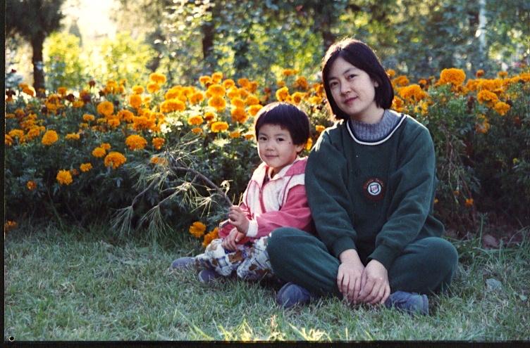 曾錚與女兒1985年攝於北京八大處公園。