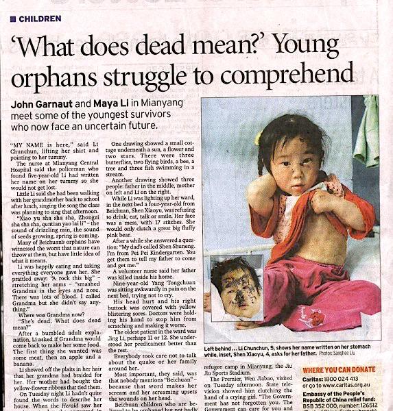 撩起衣服給記者看寫在肚皮上的名字的李春春。另一名孤兒是北川四歲的孤兒沈小雨(音,Shen Xiaoyu)。