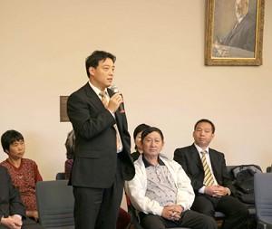 郝鳳軍在閉庭後的座談會上發言(大紀元记者安娜摄)