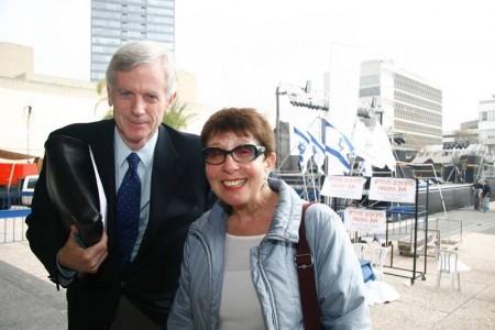 拉海爾‧赫爾甚克維奇(右)是二戰大屠殺倖存者,出生在波蘭華沙的猶太人區。她說:「世人都到哪裏去了?他們又一次保持沉默!奧運會不可能在中國舉行。」 大衛‧喬高(左)。(Tikva Mahabad/大紀元)
