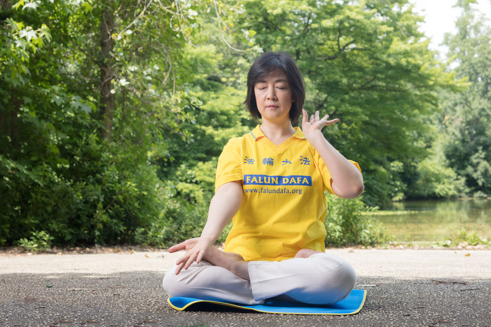 Jennifer doing the 5th exercise of  Falun Dafa ,  Reinforcing Supernatural Powers , at Prospect Park in New York on June 29, 2017. Photo credit: Benny Zhang.