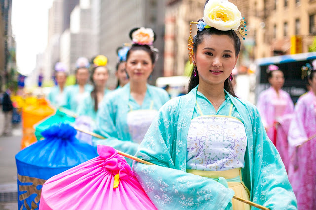 photo: Practitioners of Falun Gong participate in a parade in Manhattan on May 14, 2014. (Samira Bouaou/Epoch Times) 圖:2014年4月14日,法輪功學員在紐約曼哈頓遊行。(攝影:大紀元Samira Bouaou)