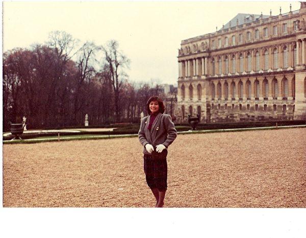遊凡爾賽宮。這張照片的背後,周美麗寫著:「富麗堂皇的凡爾賽宮,曾居住在裡面的人快樂嗎?是不是也和我一樣,有個美麗動人的一生呢?」(周美麗提供)