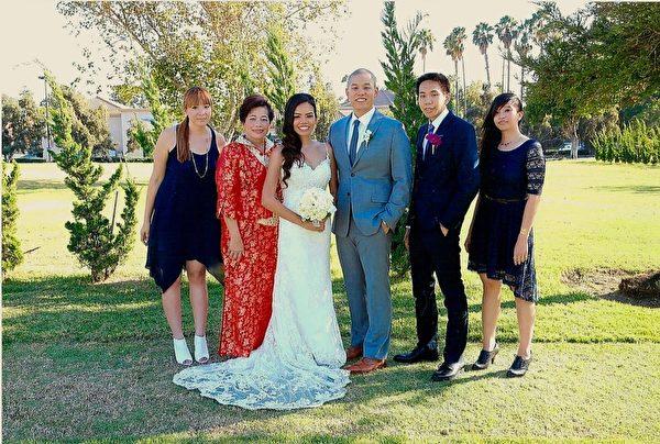 周美麗與她的孩子們在大兒子的婚禮上。周美麗含辛茹苦拉扯大的四個孩子,如今都各自很有成就。(周美麗提供)