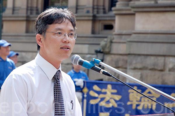 中國前外交官陳用林2010年9月26日在悉尼八千萬退黨集會上發言。(攝影:素善 / 大紀元)