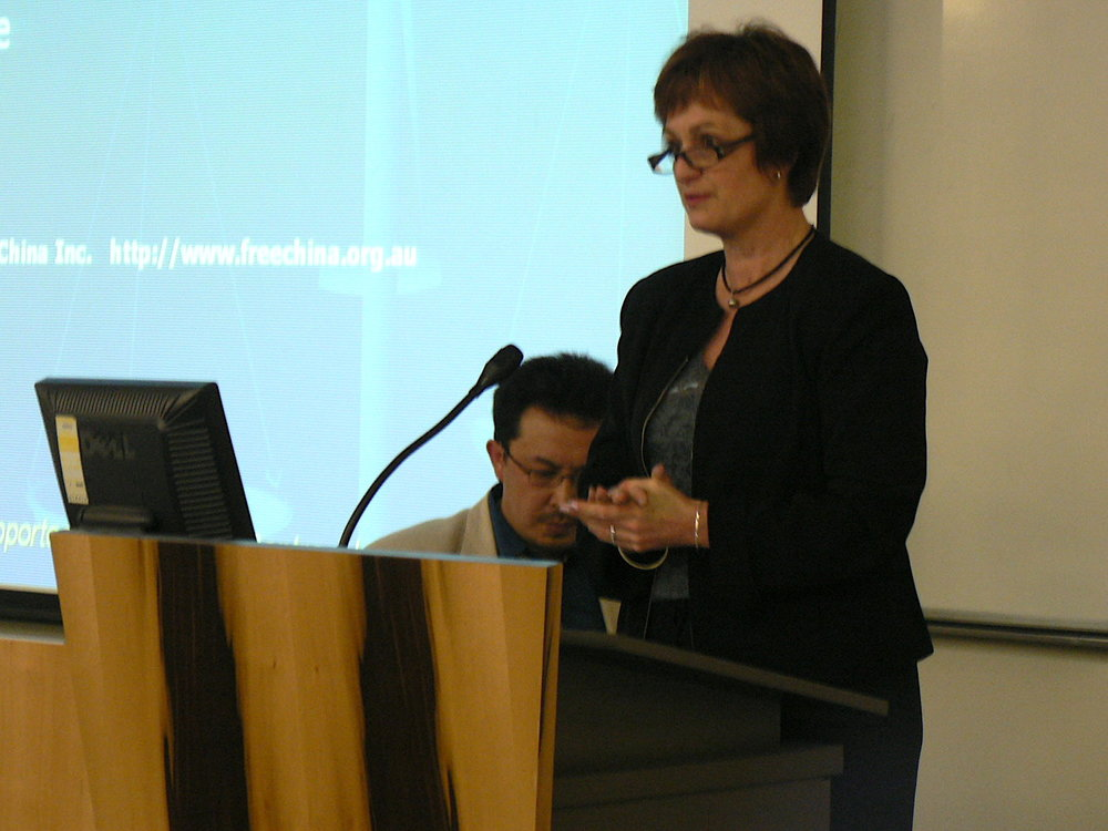 阿德雷得Marion市市長露維絲( Felicity-ann Lewis)主持了南澳站論壇。(大紀元)
