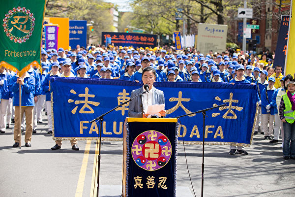 Hongyu giving a speech at a  Falun Gong rally in Flushing, New York on April 23, 2017 (Photo Credit: The Epoch Times 2017年4月23日紐約部分法輪功學員在法拉盛舉行紀念4.25和平上訪18週年大集會。圖為張鴻玉講述母親被迫害致死的經歷。(圖片來源:大紀元)