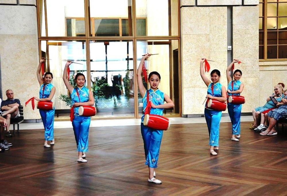 費城明慧學校舞蹈隊的法輪大法小弟子表演腰鼓舞《法輪大法好》