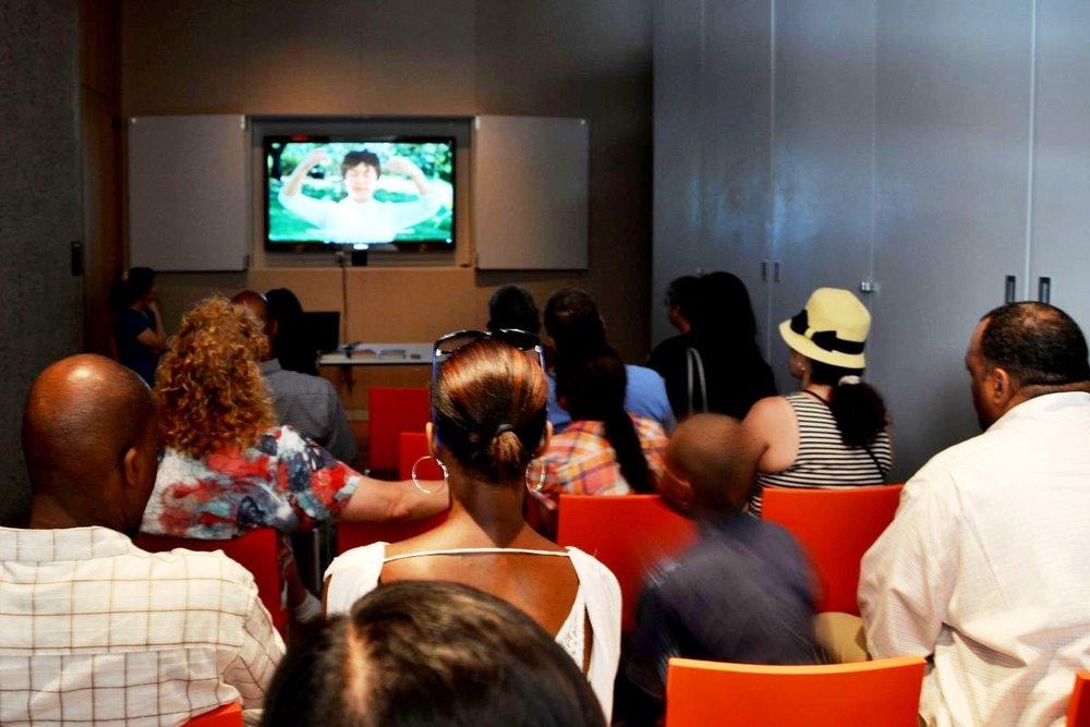 民眾觀看獲獎電影《自由中國:信仰的勇氣》的片段