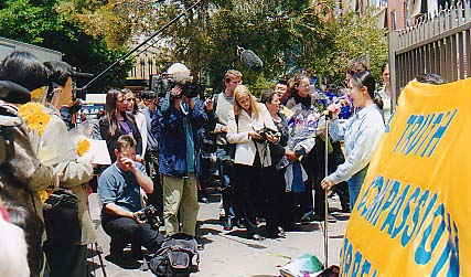 Jennifer Zeng talks about her experiences in Beijing Female Labour Camp in front of the Chinese Consulate in Sydney on November 22, 2001.(en.ming.org) 曾錚2001年11月22日在悉尼中領前舉行的新聞發布會上講述自己在北京女子勞教所受迫害的經歷。 (圖片來源:明慧網)