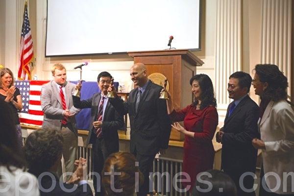 《自由中國》(Free China – The Courage to Believe)榮獲第45屆WorldFest休斯頓國際電影節最高獎項——評審團大獎(Special Jury Remi Award),導演邁克‧波曼(左四)出席領獎。(攝影: 愛德華/大紀元)