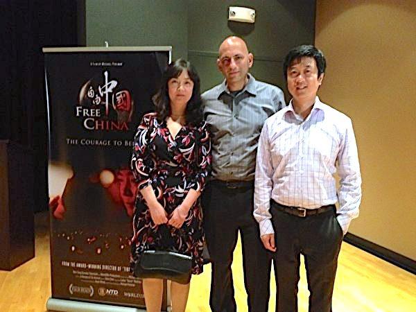 從左至右:《自由中國-有勇氣相信》的主角之一曾錚,導演和共同製片人麥克•普曼,共同製片人黃升建在第17屆美國棕櫚灘國際影展上。(攝影:艾莉/大紀元)