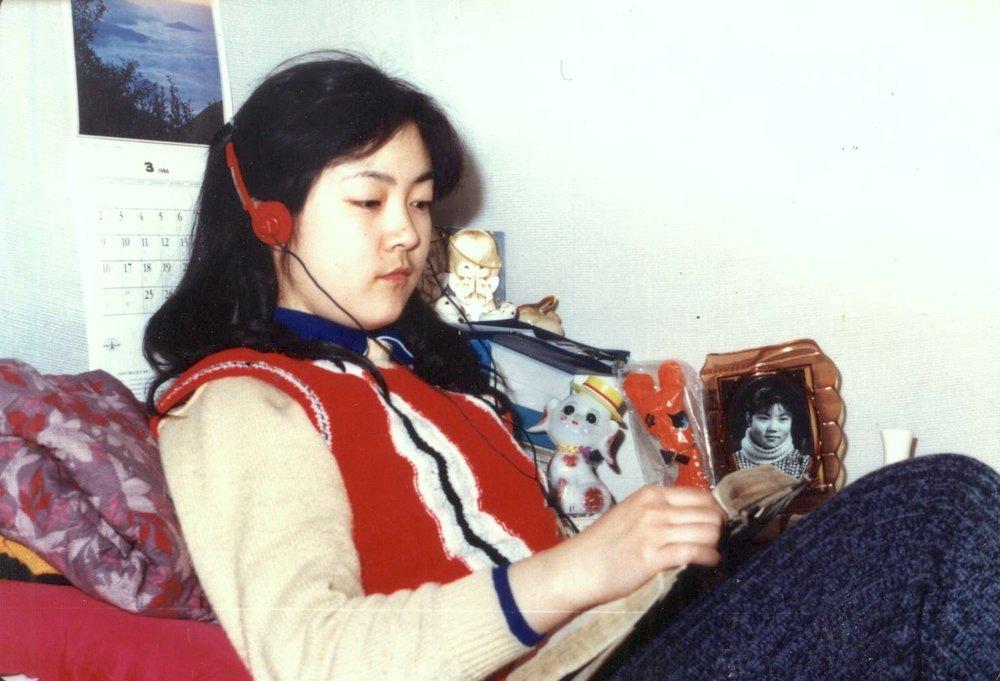 Jennifer reading a book at her dorm in Beijing University. 曾錚大學時代的宿舍。