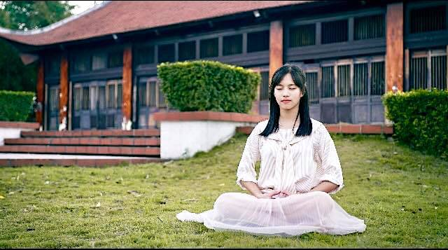 "A Falun Dafa practitioner doing sitting meditation,  ""Reinforcing Supernatural Powers "". 圖:一位法輪功學員在打坐。"
